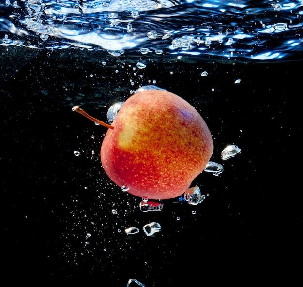 Apfel im wasser