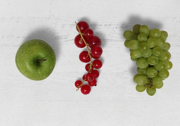 Apfel johannisbeerstrauch und trauben frische früchte