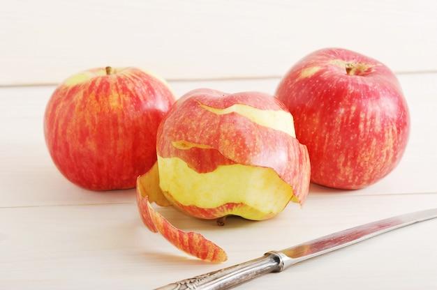 Apfel mit gereinigter haut und einem messer