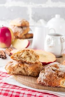 Apfel-scones zum frühstück mit apfelweinglasur
