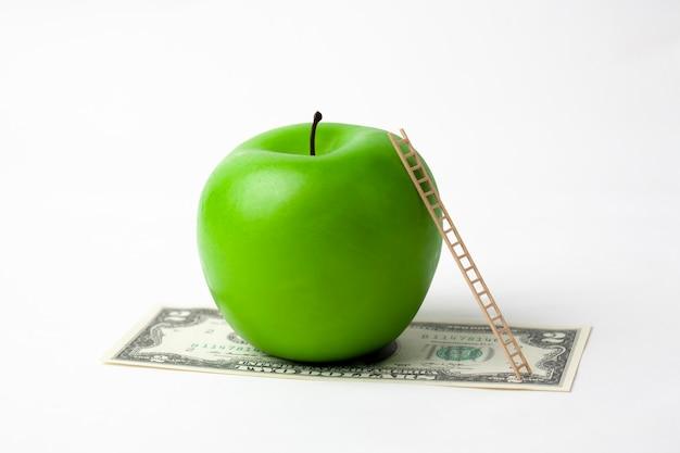 Apfel und dollar isoliert auf einem weiß