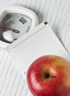 Apfel und eine notiz auf der bodenwaage