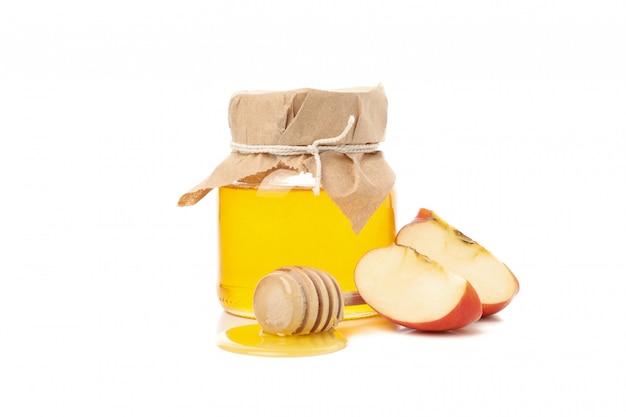 Apfel und honig isoliert auf weiß. natürliche behandlung