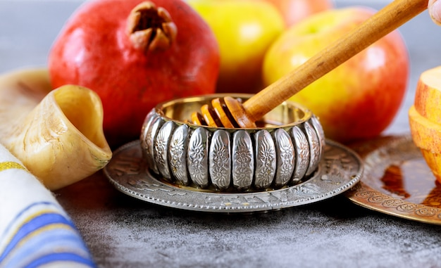 Apfel und honig, koscheres traditionelles essen des jüdischen neujahrs rosh hashana talits und schofars