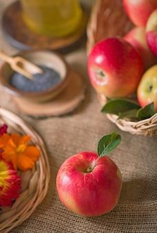 Apfel und honig, traditionelles essen der jüdischen neujahrsfeier, rosh hashana. selektiver fokus. copyspace-oberfläche