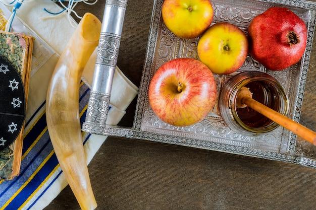 Apfel und honig, traditionelles essen des jüdischen neujahrs rosh hashana torah buches