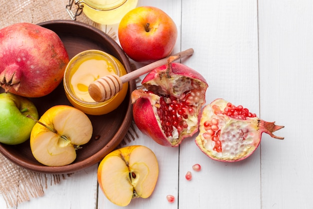 Apfel und honig, traditionelles essen des jüdischen neujahrs - rosh hashana.