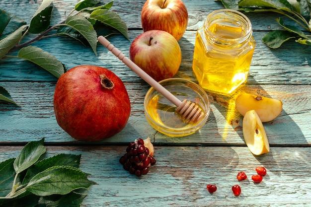 Apfel und honig und granatapfel, traditionelles essen des jüdischen neujahrs - rosh hashana.
