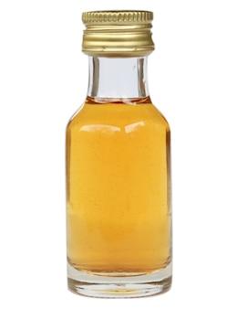 Apfelessig in glasflasche auf weißem hintergrund
