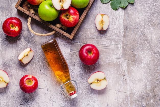 Apfelessig oder fermentiertes fruchtgetränk, ansicht von oben.