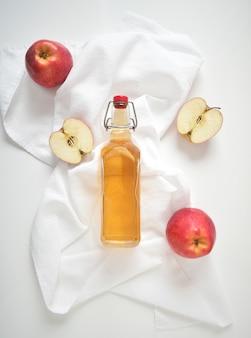 Apfelessig oder fermentiertes fruchtgetränk und bio-äpfel