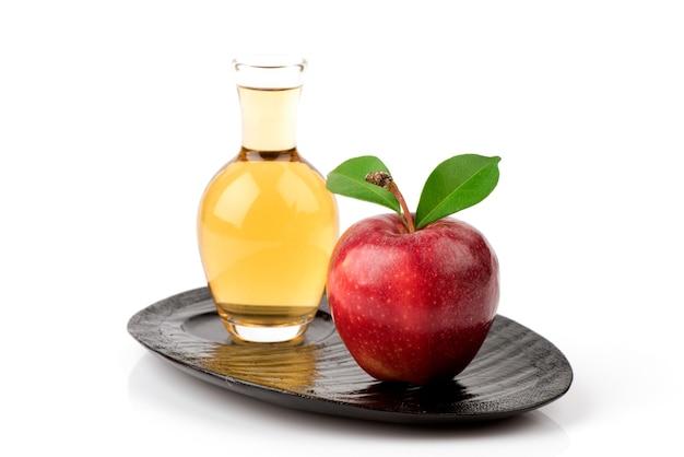 Apfelfrucht und apfelessig lokalisiert auf weißem hintergrund.