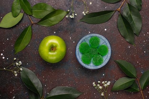 Apfelgrüne marmeladenbonbons in zucker. gesundes dessert für feinschmecker.
