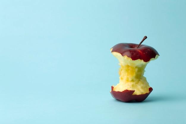 Apfelkern auf blauem hintergrund. essen, obst und vegetarisches konzept