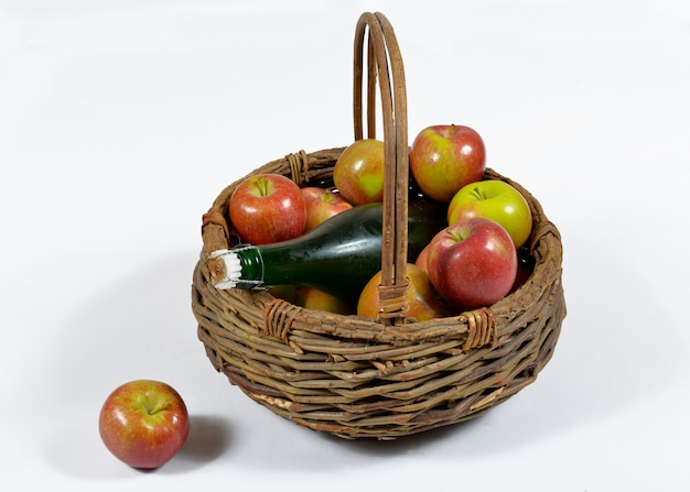 Apfelkorb und eine flasche apfelwein