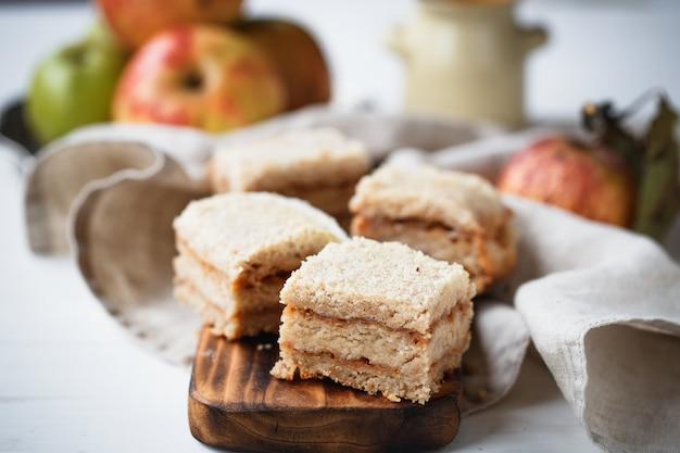 Apfelkuchen auf holzbrett in beigetönen