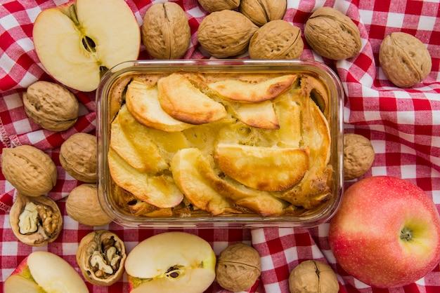 Apfelkuchen in glaswaren auf bettdecke