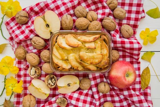 Apfelkuchen in glaswaren auf verzierter tabelle