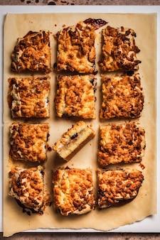 Apfelkuchen mit baiser und preiselbeeren, draufsicht