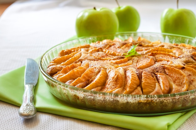 Apfelkuchen mit zimt und gemahlenen mandeln