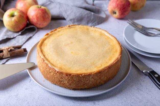 Apfelkuchen mit zimt und sauerrahm. hausgemachtes backen. traditioneller russischer kuchen.