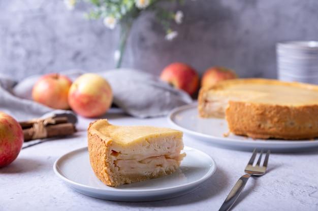 Apfelkuchen mit zimt und sauerrahm.