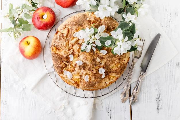 Apfelkuchen nicht schärfen datei auf weißem tisch mit blumen