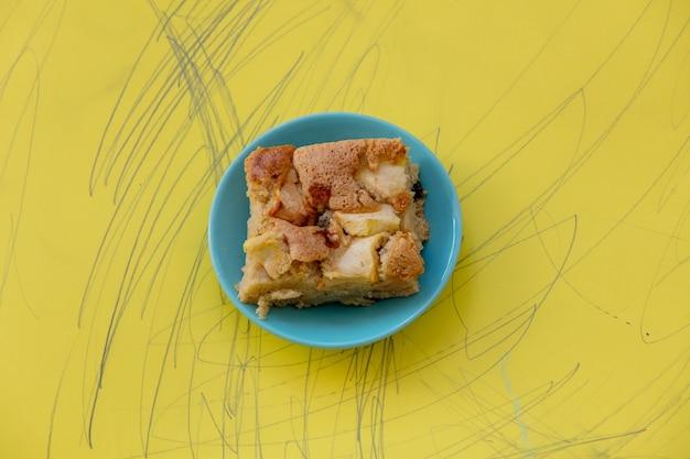 Apfelkuchen ohne zucker auf einem teller auf gelb