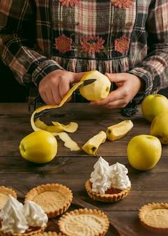 Apfelkuchen-torte mit schlagsahne