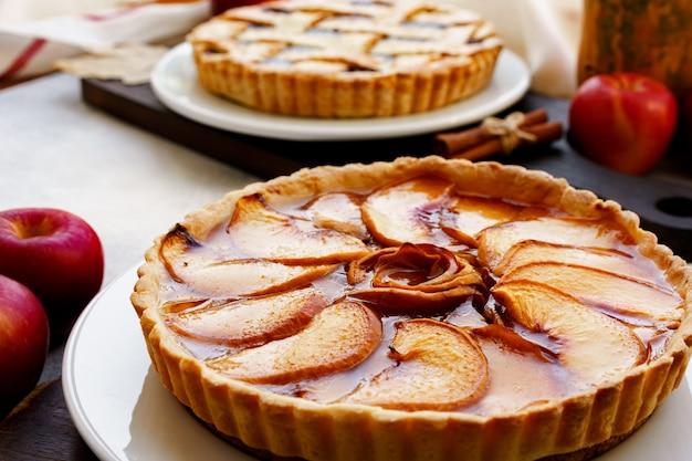 Apfelkuchen torte und rote äpfel auf holztisch