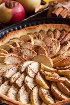 Apfelkuchen und äpfel mit zimt und marmelade gebacken