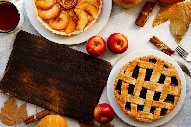 Apfelkuchen und beerentarte tortenherbstkomposition draufsicht