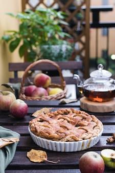 Apfelkuchen und teekanne mit schwarzem tee, erntedank