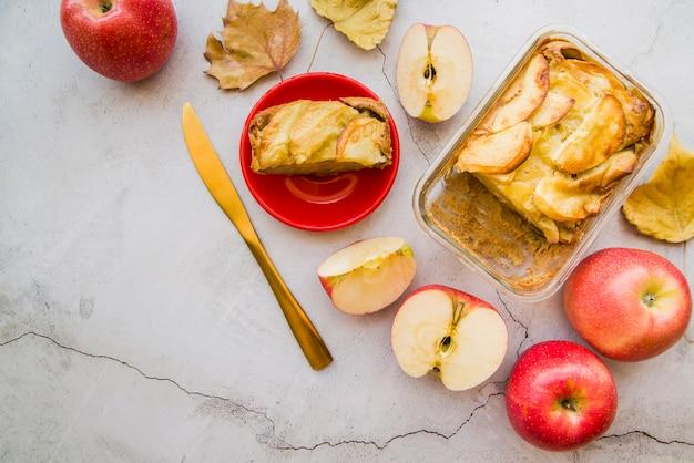 Apfelkuchenstück auf roter platte