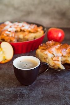 Apfelkuchenzusammenstellung des hohen winkels mit kaffee