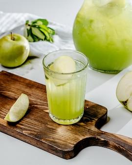 Apfellimonade auf dem tisch