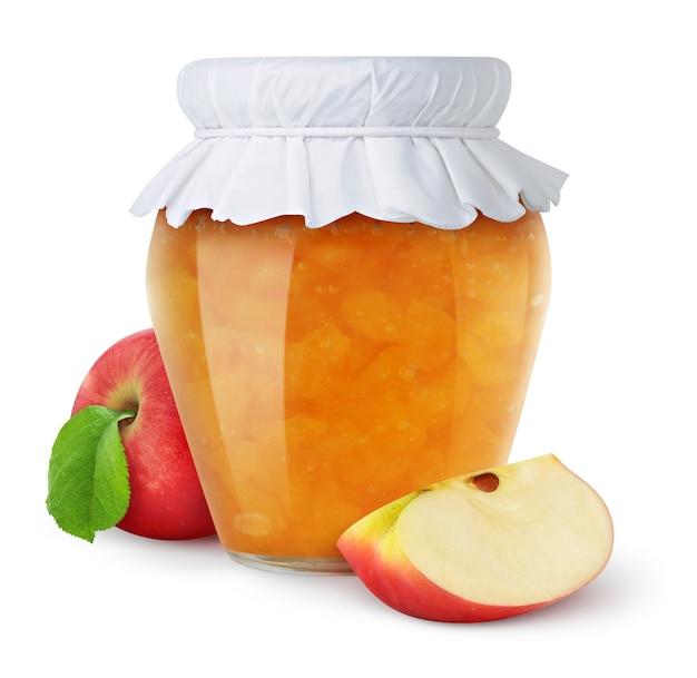 Apfelmarmelade in einem glas mit papierdeckel und frischen roten apfelstücken lokalisiert auf weiß