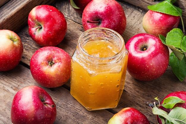 Apfelmarmelade und frisches obst
