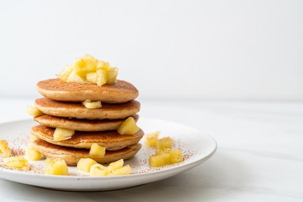Apfelpfannkuchen mit zimtpulver