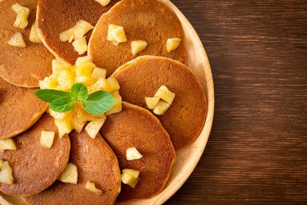 Apfelpfannkuchen oder apfelcrepe mit zimtpulver
