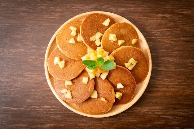 Apfelpfannkuchen oder apfelkrepp mit zimtpulver