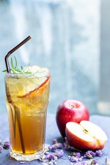 Apfelsaft auf den tisch legen