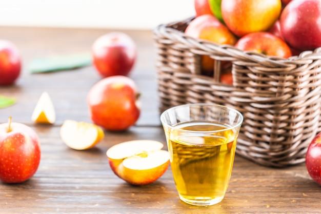 Apfelsaft im glas mit apfel im korb