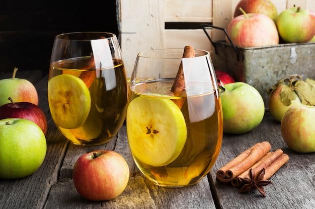 Apfelsaft im glas mit zimt und anis