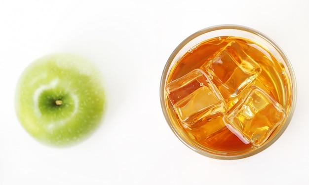 Apfelsaft mit äpfeln herum