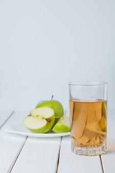 Apfelsaft und äpfel auf holztisch. naturäpfel