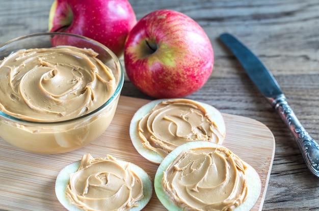 Apfelscheiben mit erdnussbutter