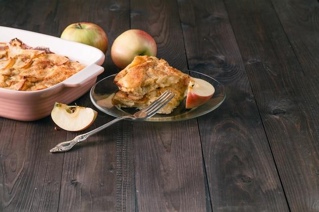 Apfelstrudel oder apfelkuchen mit datteln und zimt