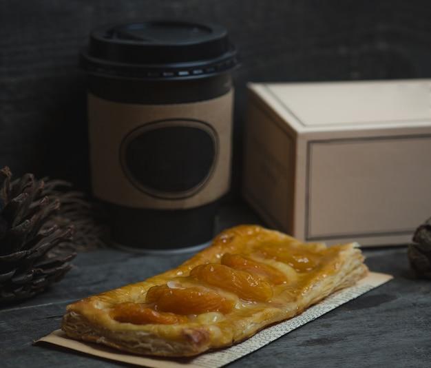 Apfelstrudel, österreichische torte auf einem papierstück