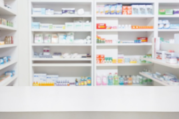 Apotheke drogerie counter tisch mit unschärfe abstrakten hintergrund mit medizin und gesundheitsprodukt in regalen